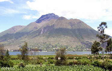 La Laguna de San Pablo cerca de Otavalo, Provincia Imbaburaen el fondo el Cerro Imbabura con 4621 metros de altura Die Lagune von San Pablo in der Nähe von Otavalo, Provinz Imbaburaim Hintergrund der Imbabura-Hügel mit 4621 Metern Höhe The San Pablo Lagoon near Otavalo, Imbabura Provincein the background the Imbabura Hill with 4621 meters of height